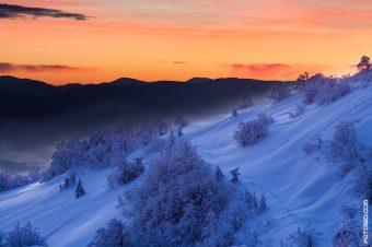 Зимой на рассвете в горах